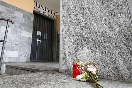 Blumen und eine Kerze für die Verunglückten vor der Abfahrtsstation der Seilbahn von Stresa nach Mottarone. Foto: Antonio Calanni/AP/dpa