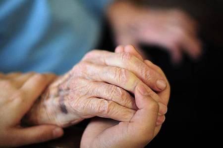 Das Kabinett hat sich auf eine Pflegereform verständigt, die Versorgungsverträge mit Pflegeeinrichtungen von einer Tarifbezahlung abhängig macht. Foto: Daniel Reinhardt/dpa