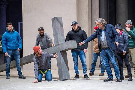 Spielleiter Christian Stückl (3.v.r.) im Gespräch mit Jesus-Darsteller Frederik Mayet. Foto: Lino Mirgeler/dpa