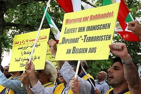 Demonstranten fordern vor dem Auswärtigen Amt in Berlin die Auslieferung des iranischen Diplomaten Assadollah A. Foto: Wolfgang Kumm/dpa/Archiv