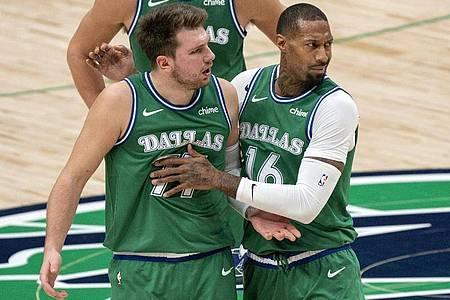 Luka Doncic (M) von den Dallas Mavericks wird von James Johnson (r) zurückgehalten, während er sich mit den Schiedsrichtern streitet. Foto: Jeffrey Mcwhorter/AP/dpa