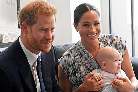 Der kleine Archie mit seinen stolzen und glücklichen Eltern. Foto: Toby Melville/PA Wire/dpa
