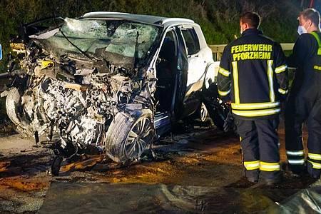 Feuerwehrleute am Autowrack des Falschfahrers in Pforzheim. Foto: Markus Rott/Einsatz-Report24/dpa