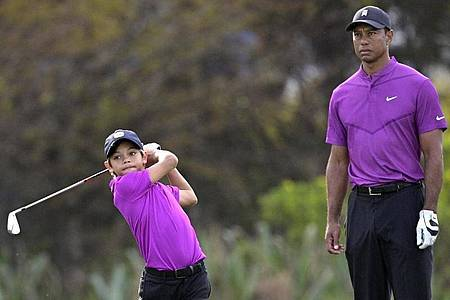 Tiger Woods beobachtet seinen Sohn Charlie beim Abschlag. Foto: Phelan M. Ebenhack/FR121174 AP/dpa