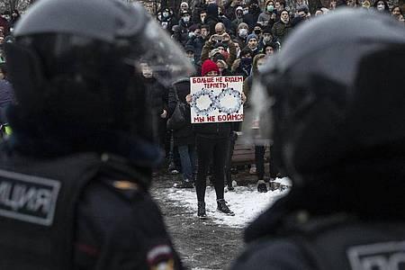 Landesweit sollen bei Nawalny-Protesten in Russland mehr als 2600 Demonstranten festgenommen worden sein. Foto: Pavel Golovkin/AP/dpa
