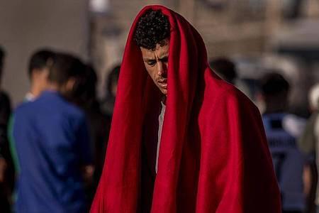 Ein Migrant in der spanischen Enklave Ceuta, nahe der Grenze zwischen Marokko und Spanien. Foto: Bernat Armangue/AP/dpa