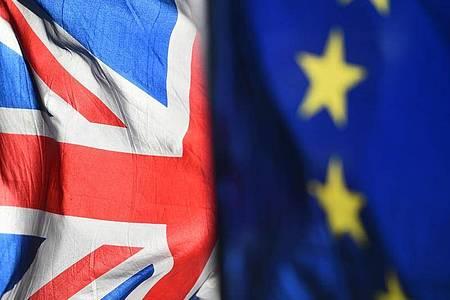 Die Flagge der EU und der «Union Jack» vor dem Parlament in Westminster. Foto: Kirsty O`connor/PA Wire/dpa