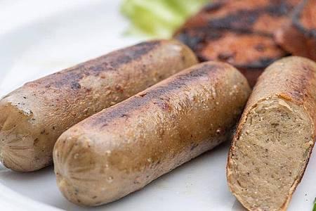 Fleischlose Produkte liegen im Trend, beim Grillen auch als vegetarische oder vegane Bratwürste. Laut «Öko-Test» enthalten diese oftmals Rückstände aus Mineralöl. Foto: Robert Günther/dpa-tmn