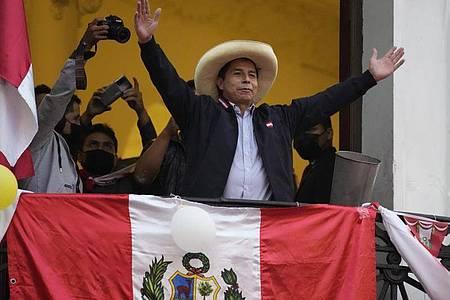 Präsidentschaftskandidat Pedro Castillo winkt Anhängern zu. Im extrem knappen Rennens bei der Präsidentenwahl liegt der Linkskandidat knapp vorne. Foto: Martin Mejia/AP/dpa