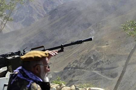 Milizionäre nehmen an einer Trainingsübung in der Provinz Pandschir teil. Das Tal ist die letzte Region Afghanistans, die nach der Einnahme durch die Taliban nicht unter deren Kontrolle steht. Foto: Jalaluddin Sekandar/AP/dpa