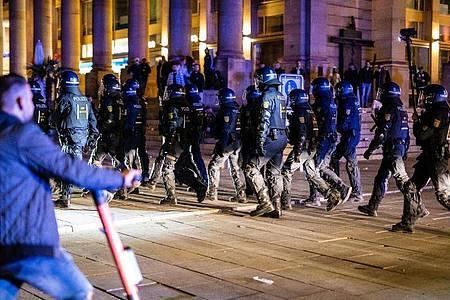In der Nacht zum Sonntag gab es rund um den Schlossplatz in Stuttgart Auseinandersetzungen zwischen Jugendlichen und der Polizei. Foto: Christoph Schmidt/dpa