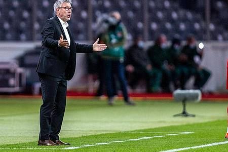 Union-Trainer Urs Fischer (l) steht gestikulierend am Spielfeldrand. Foto: Andreas Gora/dpa