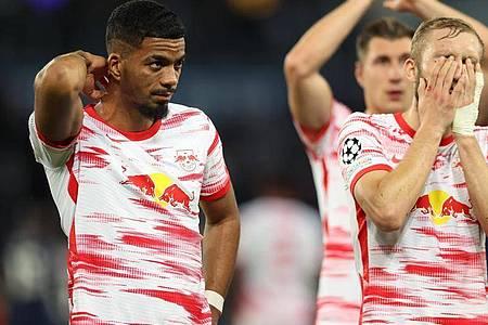 Leipzigs Abwehrspieler Benjamin Henrichs und Leipzigs Mittelfeldspieler Konrad Laimer reagieren nach dem Spiel. Foto: Jan Woitas/dpa-Zentralbild/dpa