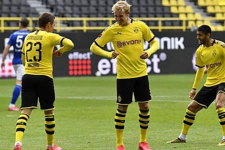 Die Dortmunder feierten einen klaren Derbysieg. Foto: Martin Meissner/AP-Pool/dpa