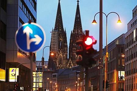 Köln hat die wichtige Warnstufe von 50 Neuinfektionen pro 100.000 Einwohner in sieben Tagen überschritten. Foto: Oliver Berg/dpa