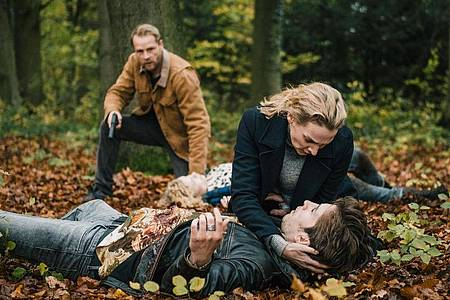 Im Wald: Hinnerk Schönemann (l-r) als Hauke Jacobs, Jana Klinge als Hannah Wagner und Slavko Popadic als Maik Lisek. Foto: Gordon Timpen/NDR/ARD Degeto/dpa