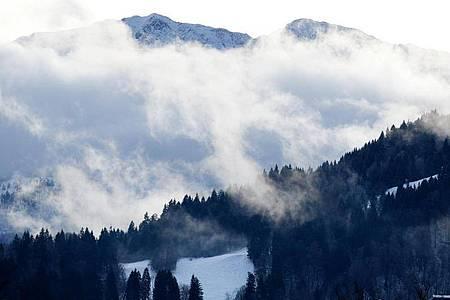 Wolken ziehen an der Wettersteinwand im Wettersteingebirge bei Garmisch-Partenkirchen vorbei. Foto: Angelika Warmuth/dpa
