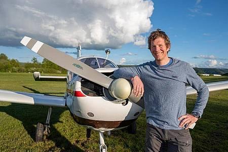 Pilot Tim Tibo von der Firma Skytexter auf dem Flugplatz Traben-Trarbach. Foto: Harald Tittel/dpa