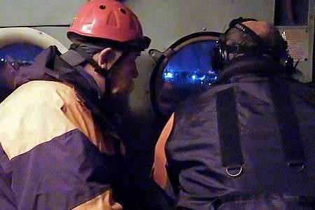 Auf diesem Videostandbild sind Mitglieder eines Rettungsteams des russischen Katastrophenschutzministeriums während einer Suchaktion nach der Antonow An-26 zu sehen. Foto: Russia Emergencies Ministry/Russian Emergencies Ministry/TASS/dpa