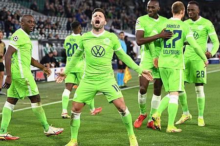 Wolfsburgs Renato Steffen (M) bejubelt mit seinen Teamkameraden sein Tor zum 1:0 gegen den FC Sevilla. Foto: Swen Pförtner/dpa