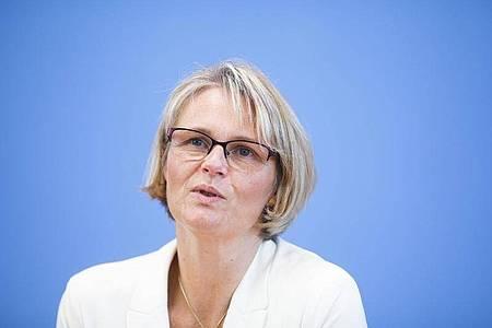 Anja Karliczek (CDU), Bundesministerin für Bildung und Forschung, nimmt an einer Pressekonferenz über ein deutsches Programm zur Unterstützung der Entwicklung eines Impfstoffs gegen COVID-19 teil. Foto: Markus Schreiber/AP POOL/dpa
