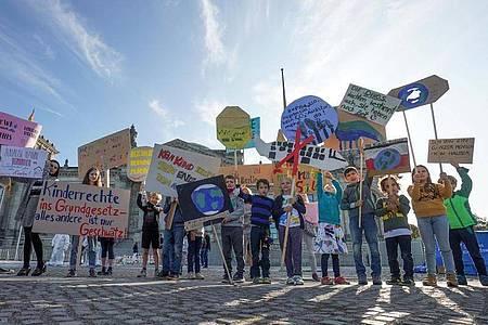 Demonstration am Weltkindertag in Berlin (Archiv). In ihrem Koalitionsvertrag hatten sich Union und SPD für ihre gemeinsame Regierungszeit vorgenommen, die Rechte von Kindern ausdrücklich ins Grundgesetz aufzunehmen. Kinderschutzorganisationen fordern das seit Jahren. Foto: Jörg Carstensen/dpa