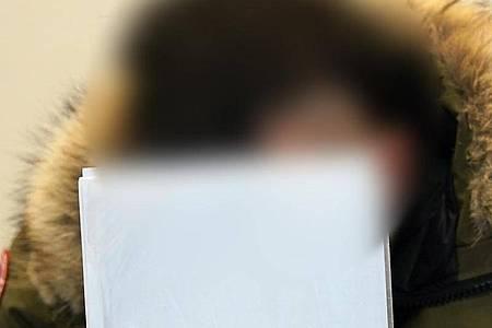 Einer der Angeklagten sitzt im Sitzungssaal des Amtsgerichts Hamburg-St. Georg. Foto: Marcus Brandt/dpa