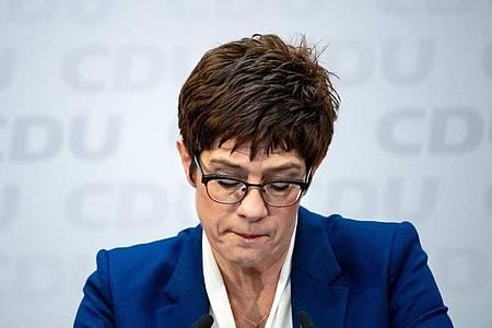 Annegret Kramp-Karrenbauer, Vorsitzende der CDU, bei einer Pressekonferenz. Foto: Bernd von Jutrczenka/dpa