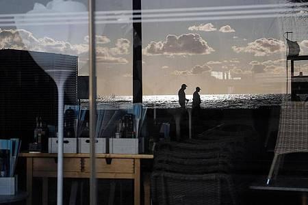 Blick durch die Frontscheibe eines geschlossenenRestaurants auf Mallorca. Foto: Clara Margais/dpa