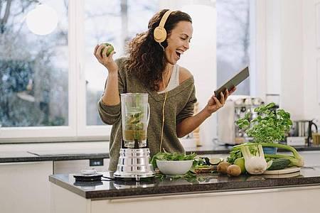 Mehr Essen geht nicht. Während das Essen zubereitet wird, wird auch darüber gesprochen. Und das Tolle ist, man kann den Podcast anhalten oder wichtige Zubereitungsschritte einfach noch mal wiederholen. Foto: Joseffson/Westend61/dpa-tmn