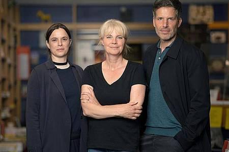 Schauspielerin Annika Kuhl (l-r), Autorin Nele Neuhaus und Schauspieler Tim Bergmann am Set des ZDF-Taunuskrimis. Foto: Sebastian Gollnow/dpa