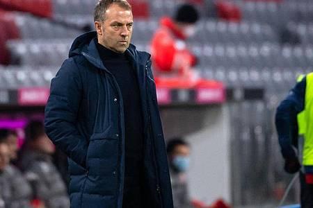 Trainer Hansi Flick verfolgt das Spiel. Foto: Sven Hoppe/dpa