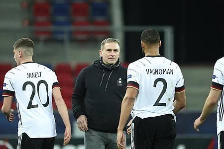 Trainer Stefan Kuntz (M.) kommt bei den U21-Nationalspielern gut an. Foto: Csaba Domotor/dpa