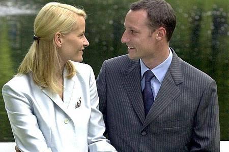 Kronprinz Haakon und seine damalige Verlobte Mette-Marit Tjessem-Höiby drei Tage vor ihrer Hochzeit im Park des Königspalastes. Foto: Boris Roessler/dpa