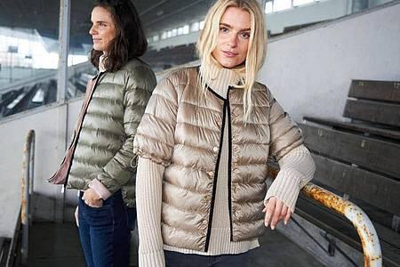 Kurze Ärmel an der Jacke haben einen Vorteil: Man sieht den Style darunter. Zu sehen etwa bei CC Heart von Coster Copenhagen (links: Jacke ca. 99 Euro, rechts: T-Shirt-Jacke und Pullover je ca. 89 Euro). Foto: Coster Copenhagen/dpa-tmn