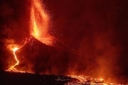 Der Vulkan Cumbre Vieja auf La Palma stößt weiter Lava aus. Foto: Kike Rincón/EUROPA PRESS/dpa