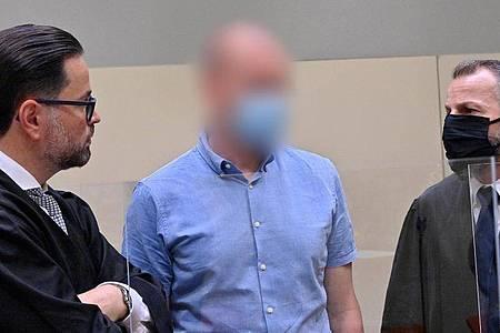 Im Prozess gegen Mediziner Mark S. (M) wurden die Plädoyers verkündet. Foto: Peter Kneffel/dpa
