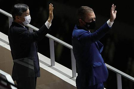 Japans Kaiser Naruhito (l) eröffnete die Paralympics im Nationalstadion Tokios. Foto: Eugene Hoshiko/AP/dpa