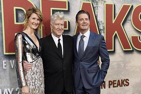 Der US-amerikanische Produzent und Regisseur David Lynch (M) und die US-Schauspieler Laura Dern und Kyle MacLachlan stehen bei derPremiere der Fernsehserie «TwinPeaks» zusammen. Foto: Chris Pizzello/Invision/AP/dpa