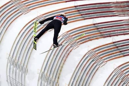 KarlGeiger beim Springen in Innsbruck. Foto: Daniel Karmann/dpa
