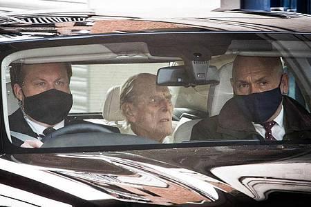 Prinz Philip (M) verlässt das Krankenhausgelände in London. Foto: Stefan Rousseau/PA Wire/dpa