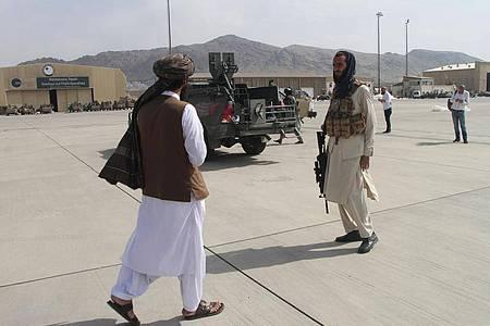 Mitglieder der Taliban gehen nach dem Abzug der US-Truppen über den Flughafen Kabul. Foto: -/XinHua/dpa