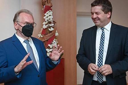 Reiner Haseloff (CDU, links) und Sven Schulze unterhalten sich auf der Regionalkonferenz der CDU Sachsen-Anhalt. Foto: Hendrik Schmidt/dpa-Zentralbild/dpa