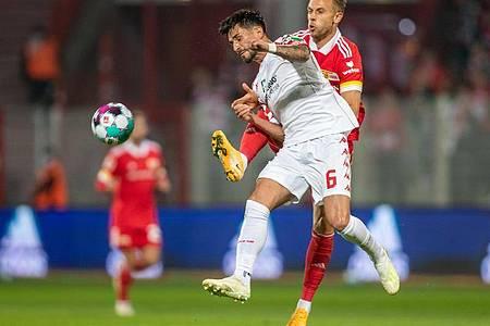 Danny Latza (l) von FSV Mainz kämpft gegen Marcus Ingvartsen um den Ball. Foto: Andreas Gora/dpa