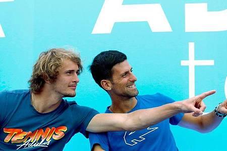 Wegen der Adria Tour musste neben Deutschlands Tennis-Ass Alexander Zverev (l) vor allem Initiator Novak Djokovic heftige Kritik einstecken. Foto: Darko Vojinovic/AP/dpa