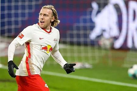 Der Leipziger Torschütze Emil Forsberg lässt sich nach seinem Treffer zum 1:0 feiern. Foto: Jan Woitas/dpa-Zentralbild/dpa