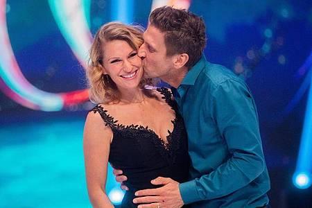 """Peer Kusmagk und seine Frau Janni Hönscheid 2019 nach der Livesendung der SAT.1-Show """"Dancing on Ice"""". Foto: Rolf Vennenbernd/dpa"""