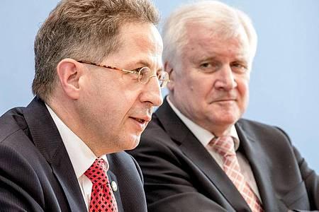 «Ich kann nur sagen, ich war mit seiner Arbeit sehr zufrieden», sagt Horst Seehofer (rechts)rückblickend über die Arbeit von Hans-Georg Maaßen an der Spitze des Verfassungsschutzes. Foto: Michael Kappeler/dpa