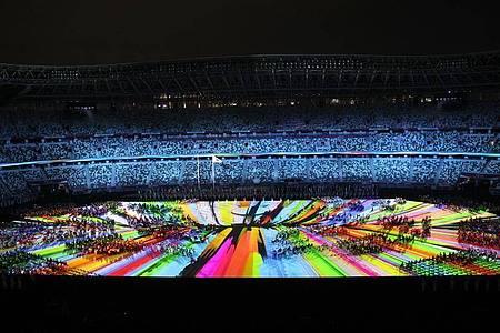 Farbenfroh wurden die paralympischen Sportler im Nationalstadion begrüßt. Foto: Karl-Josef Hildenbrand/dpa