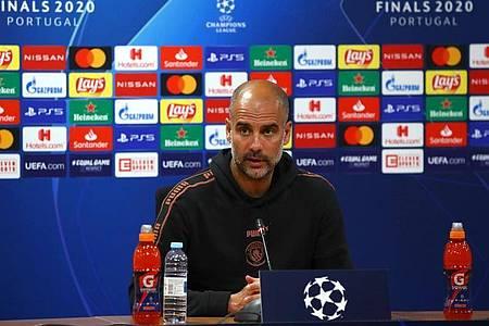 Pep Guardiola spricht bei einer Pressekonferenz. Foto: UEFA via Getty Images